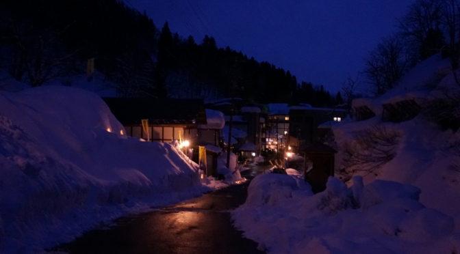 【雪と灯りの温泉街】